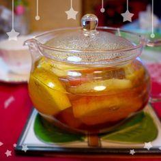 林檎を沢山いただいて嬉しい悲鳴 ^^;   そのまま食べるだけでは消費が追いつかないので、アップルティーにしていただいてます。 林檎を入れたポットに熱々の紅茶を注ぐと甘い香りがします。紅茶も甘酸っぱい味が仄かにします。勿論ポットの中の林檎も食べます。 ホットアップルも美味しいですよ (^_^)v - 10件のもぐもぐ - アップルティー by koko