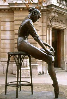 Street ballerina near the royal opera house in London