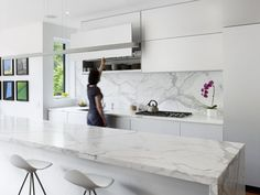 As a rule, you would pick a white kitchen redesign in the event that you are a man who longs for flawless and smooth plan for your home space. Numerous homemakers currently are brightening up their kitchens by planning it… Continue Reading → Outdoor Kitchen Design, Modern Kitchen Design, Interior Design Kitchen, Modern Interior Design, Modern White Kitchens, Kitchen Contemporary, White Kitchen Backsplash, Backsplash Ideas, Stone Backsplash