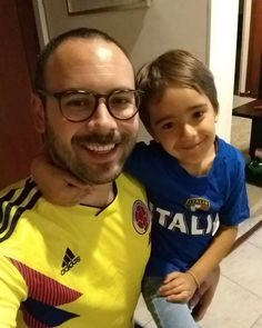 A punto de empezar un partido Colombia Vs. Italia. Y a que no adivinan quién va a ganar...? Polo Ralph Lauren, Polo Shirt, Mens Tops, Shirts, Fashion, Colombia, Dots, Italia, Moda