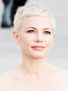 Michelle Williams mit angesagter blonder Kurzhaarfrisur.