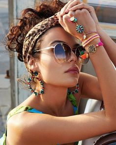 Assemble a bohemian fashion outfit and furthermore look dazzling! Pair your essential dark shirt with a skater skirt and include a scarf for a Boho chic look. Hippie Style, Estilo Hippie Chic, Style Boho, Bohemian Style Clothing, Bohemian Accessories, Gypsy Style, Boho Gypsy, Hippie Boho, Boho Chic