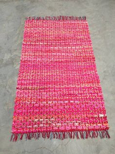 Leuk vloerkleed in roze kleur met grof touw erop kruislinks geknoopt. Gezellig roze ibiza kleed handgemaakt in India.www.1001merel.nl