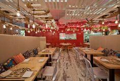 Sistema il·luminació de sostre amb fusta, cordes i lampares penjades