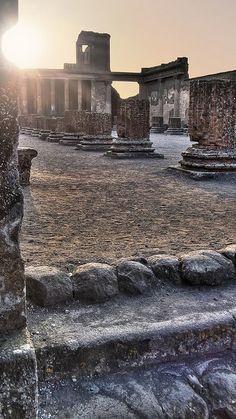 As ruínas de Pompéia ficam na Província de Campanha. Atualmente é um sítio arqueológico junto com Herculano, mas está aberta a visitação.