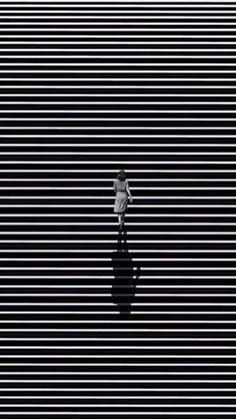 Imágenes y fotos en blanco y negro. - Página 27 Minimal Photography, Shadow Photography, Abstract Photography, Black And White Photography, Street Photography, Black White Art, Black And White Aesthetic, Foto Picture, Gig Poster