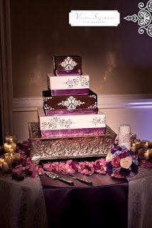 Torta de boda de color púrpura con apliques de brillantes. #DecoracionBodas