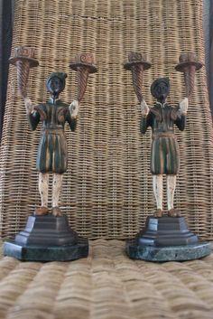 Stel van 2 knappe bronzen kandelaars  moren met elk 2 kandelaars in de hand - 2e helft 20e eeuw