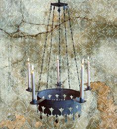 Viiden kynttilän kruunu, Lilja nimeltään, malvan sävyisellä patinalla.
