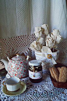 Um chá? Flores de tecido e geleia...