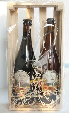 Lekker stel: 2 soorten bier in een mooie verpakking. Stoer en robuust kado. Stel, Wine Rack, Presents, Storage, Home Decor, Purse Storage, Bottle Rack, Decoration Home, Gifts