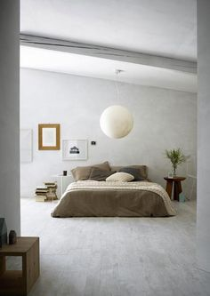peinture grise et couette taupe pour une chambre zen