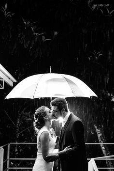 Idéia de Foto de Casamento na Chuva com Noivos de Guarda Chuva.
