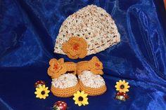 Babyschuhe + Passender Mütze  mit Blume von Die Sandfrau auf DaWanda.com