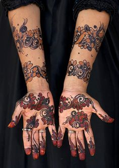 Henna designs on the hands of a Swahili woman in Lamu, Kenya | © Eric Lafforgue