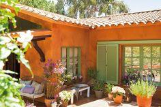En un porche  Reserva la parte más soleada a la buganvilla. Y llénalo de resistentes hortensias y polígalas.