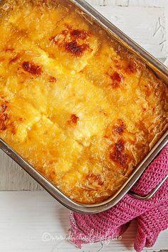 Mod de preparare Placinta cu branza si portocale: Intr-un castron mixeaza cu blenderul vertical branza cu ouale, zaharul, smantana si coaja de portocala. Taie foile de placinta in doua. Vom avea 12 foi de placinta mici, pe care le vom unge cu ulei pe fiecare in parte. Aseaza in tava… Lasagna, Macaroni And Cheese, Deserts, Food And Drink, Cooking, Ethnic Recipes, Pizza, Cakes, Cookies