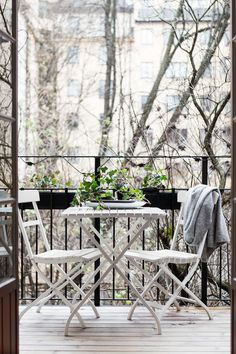 There are plenty of ways you can make the most of a small outdoor space, and make it just as lovely and inviting as any giant suburban backyard. Small Space Style: 10 Beautiful, Tiny Balconies to bring life to outdoor space. Tiny Balcony, Outdoor Balcony, Balcony Garden, Outdoor Gardens, Outdoor Decor, Balcony Ideas, Balcony Door, Balcony Railing, Porch Ideas