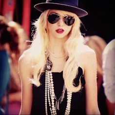 Jenny Humphrey ❤gossip girl! love her necklace, lipstick, fedora, and sunglasses