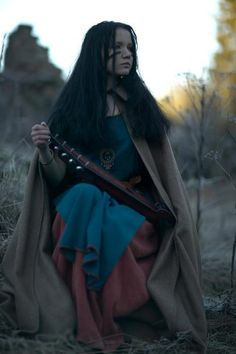 Warrior bard - looks awfully young to me. Medieval Dress, Medieval Fantasy, Medieval Life, Fantasy Rpg, Warrior Princess, Vikings, Thor, Maquillage Halloween, Poses