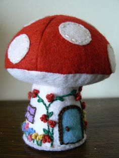 Toadstool Cottage and Mushroom House: free pattern and tutorial Felt Crafts, Fabric Crafts, Sewing Crafts, Sewing Projects, Felt Mushroom, Mushroom House, Felt House, Felt Fairy, Techniques Couture