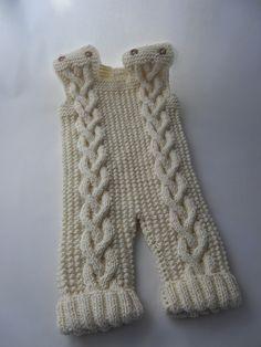 Szydełkowe i na drutach ubranka dla dzieci: Wełniana wyprawka dla chłopca: śpiworek, sweterek, spodenki i czapeczka.