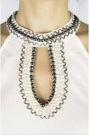 Resultado de imagem para bordado pedraria Clothes Crafts, Cute Pattern, Refashion, Diy Fashion, Casual Chic, Beaded Necklace, Embroidery, Chain, Beads