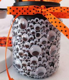 If youre looking for the perfect (and easy!) DIY Halloween decorations to make your home look spooktacula - If youre looking for the perfect (and easy!) DIY Halloween decorations to make your home look spook - Spooky Halloween, Diy Deco Halloween, Diy Halloween Dekoration, Halloween Mason Jars, Halloween Designs, Halloween Crafts For Kids, Halloween Food For Party, Halloween Birthday, Halloween Party Decor