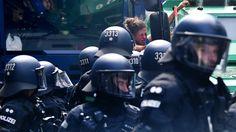 Nach den G-20-Ausschreitungen laufen derzeit 35 Ermittlungsverfahren gegen Polizeibeamte. In 27 Fällen geht es demnach um den Verdacht der Körperverletzung im Amt. Hamburgs Erster Bürgermeister [...]