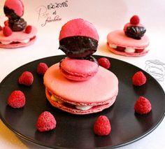 Macarons rose et framboise http://www.iletaitunefoislapatisserie.com/2014/02/macarons-rose-et-framboise-pour-la.html