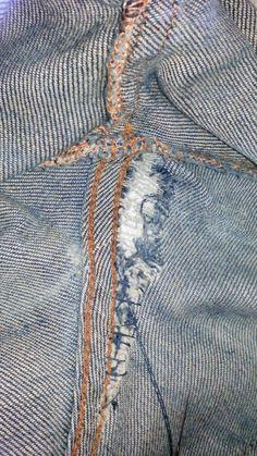 Este tipo de roturas suelen ser las más comunes en los vaqueros. Veamos cómo ponerles solución.