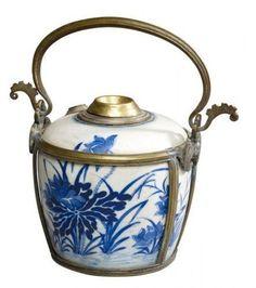 """Pipe à Eau, Vietnam, 19° siècle.  A décor en bleu sous couverte de motifs végétaux. Cerclage et poignée en cuivre. Marque d'appréciation : """"Nhã ngoan luu huong"""""""