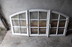 Ich verkaufe hier ein 3 teiliges Fenster mit den Maßen ca. 170 cm breit und ca. 85 cm hoch, ohne Einbau-Rahmen, es handelt sich hier nur um 3 FensterDie Glasfassung ist massiv, müsste aber evtl. überarbeitet werden, die Scheiben sind noch ganz.Aufgrund des Gewichtes ist nur eine Abholung möglich