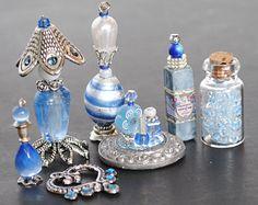 Poppenhuis miniatuur flessen / ijdelheid / toiletartikelen, miniatuur flessen, handgemaakte, miniatuur accessoire, sieraden, blauwe, zilveren
