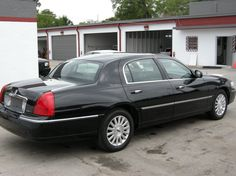 Lincoln Town Car Executive- No idea where this is, bu the car looks clean! Ford Motor Company, Lincoln Motor Company, My Dream Car, Dream Cars, Retro Cars, Vintage Cars, Lincoln Town Car, Ford Lincoln Mercury, Lincoln Continental
