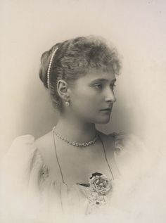 Princesa Alix de Hesse, depois Imperatriz Alexandra Feodorovna, em 1894. Ela está olhando para a direita e está vestindo pérolas em seu cabelo, colar de jóias com diamantes e um buquê de flores.