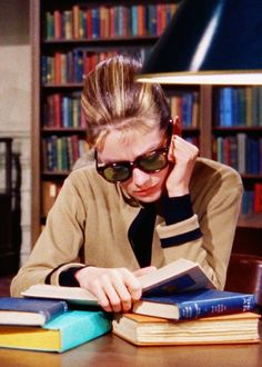 Audrey Hepburn as Holly Golightly in Breakfast at. Holly Golightly, I Love Books, Good Books, Books To Read, Big Books, Classic Hollywood, Old Hollywood, Hollywood Images, Celebrities Reading