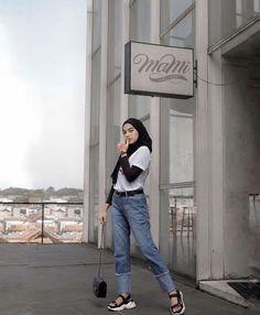 Inspirasi OOTD hijab untuk ke Kampus – N&D – Hijab Fashion 2020 Hijab Casual, Ootd Hijab, Hijab Chic, Modern Hijab Fashion, Street Hijab Fashion, Muslim Fashion, Ootd Fashion, Fashion Outfits, Hijab Mode Inspiration