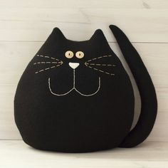 Very large black cat. Fits ideally in any room of the house . - Very large black cat. Ideally fits into any room in the house. A good companion for children. Fabric Toys, Fabric Crafts, Sewing Crafts, Sewing Projects, Doll Patterns, Quilt Patterns, Grand Chat, Fabric Animals, Cat Quilt