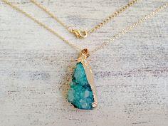 Edelstein-Schmuck: Goldkette mit Achatanhänger / golden necklace with gemstone pendant, agate by MiMaMeise via DaWanda.com