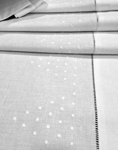 Sábanas blancas de Algodón 100%, con el embozo bordado a mano con un diseño de bodoques y vainicas. El diseño del bordado es muy contemporaneo.  Juego de sábanas compuesto por:  1 Sábana encimera. 2 Almohadones también bordados cerrados por ambos lados. 1 Sábana bajera ajustable.  Puede personalizar las sábanas bordando sus iniciales.  Puedes comprar estas sábanas en: www.lagarterana.com