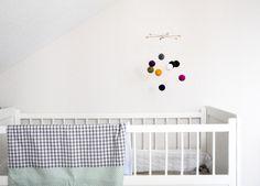 tolles mobile aus bunten filzkugeln von dezemberkind. Black Bedroom Furniture Sets. Home Design Ideas