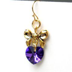 An einer goldenen Schleife baumelt ein wunderschön, in blau und lila schimmerndes Kristallherz. Sie füheln sich federleicht an...so wie frisch verliebt zu sein :)