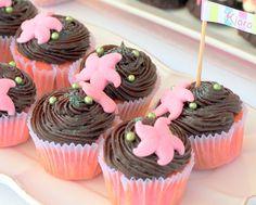 Mini cupcakes de vainilla con cobertura de ganache de chocolate con decoración de fondant