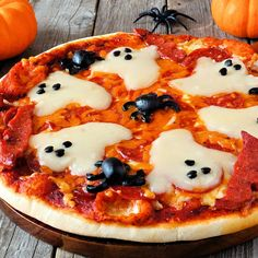 15 Most Brilliant Halloween Party Food Ideas 15 brillantesten Halloween Party Food-Ideen Halloween Pizza, Halloween Desserts, Halloween Cupcakes, Halloween Bark, Halloween Food For Party, Halloween 2020, Halloween Breakfast, Halloween Foods, Haunted Halloween