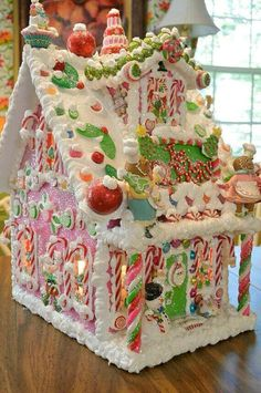 Delicious gingerbread christmas home decoration ideas 24 Gingerbread Christmas Decor, Gingerbread House Designs, Gingerbread House Parties, Gingerbread Village, Christmas Goodies, Christmas Candy, Christmas Desserts, Christmas Treats, Christmas Baking