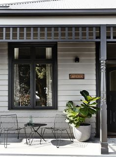 ideas house entrance porch colour for 2019 Exterior Color Schemes, Exterior Paint Colors, Exterior House Colors, Exterior Design, Black Trim Exterior House, Cottage Exterior, House Paint Exterior, Weatherboard Exterior, Front Verandah