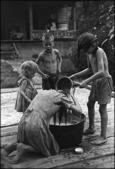 """luzfosca: """" William Gedney Children by washtub; oldest girl washing her hair, Kentucky, 1964 From William Gedney Photographs and Writings, """" Vintage Pictures, Old Pictures, Old Photos, Black White Photos, Black And White, Appalachian People, Dust Bowl, The Good Old Days, Vintage Photographs"""