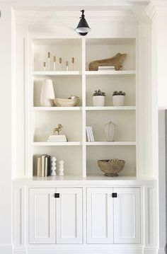 Pretty, neutral color palette for shelf decor Built In Around Fireplace, Fireplace Built Ins, Built In Shelves Living Room, Bookshelves Built In, Bookcases, Home Staging, Home Living Room, Living Room Interior, Bookcase Styling