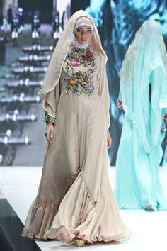 "Malik Moestaram ""Frammenti di Romance"", Indonesia Islamic Fashion Fair Not a fan of the embroidery, but I love the silhouette! Abaya Fashion, India Fashion, Modest Fashion, Fashion Outfits, Modest Dresses, Pretty Dresses, Simple Long Dress, Turban, Moslem Fashion"